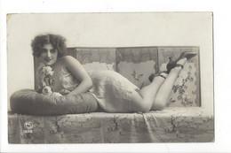 25732 - Femme à La Fleur Couchée Sur Canapé PC Paris 1252 - Women