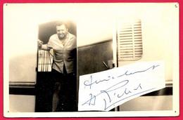 PHOTO Photographie JEAN RICHARD à La Porte De Sa Caravane Avec Coupure D'autographe (collée à La Photo) ** Cirque - Berühmtheiten