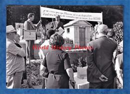 Photo Ancienne - VILLE D' AVRAY ? - Cérémonie Hommage ? Sur Le Tombe De Jean ROSTAND ? - 1977 - Lugares