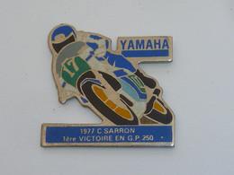 Pin's MOTO YAMAHA, VICTOIRE SARRON 1977, G.P. 250 CM3 - Motorfietsen