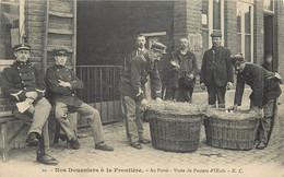 NOS DOUANIERS A LA FRONTIERE - Au Poste, Visite De Paniers D'œufs. - Zoll