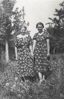 LA MODE D'AUTREFOIS Dans Les Années 30 Duo De Femmes Au Jardin Robes à Fleurs -  PHOTO Originale - Anonyme Personen