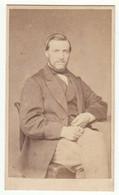 CDV Photo Foto Um 1865/70 - Hermann Ohm, Flensburg - Feiner Herr In Sitzender Pose - Old (before 1900)