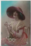 Cpa.Fantaisie.Femmes.femme Assise Grand Chapeau Marguerites Ste Marie - Frauen
