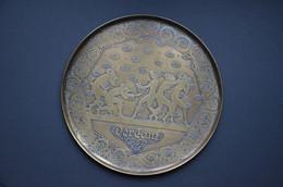 Plat En Laiton Diamètre 26,5cm (der Tanz) (la Danse) Voir Scan Poids 330g - Rame