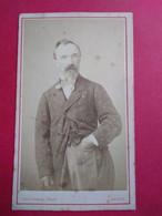 Photo CDV - Homme Debout Main à La Poche - Circa 1870 - Photo Descomps à AUCH - Etat Correct - Oud (voor 1900)