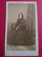 Photo CDV Second Empire - Femme Assise - Mode D'époque - Dos Muet - Circa 1865 -  - Etat Correct - Ancianas (antes De 1900)