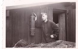 PHOTO ORIGINALE 39 / 45 WW2 WEHRMACHT FRANCE PRESQU ILE DE CROZON / LANVEOC SOLDAT ALLEMAND AU CAMP - Krieg, Militär