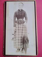 Photo CDV - Jeune Fille Debout Ombrelle à La Main - Longue Jupe à Carreaux - Dos Muet - Circa 1880/90BE - Ancianas (antes De 1900)
