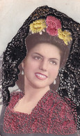 Carte Brodée Jeune Femme Mantille Fleurs Recto Verso - Embroidered