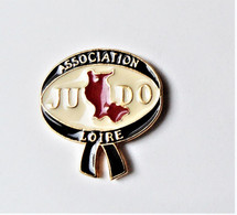 Pin's Association Loire Judo Signé La Corde Au Cou - Gev - Judo
