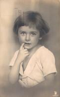 JOLIE FILLETTE AUX GRANDS YEUX UN DOIGT DANS LA BOUCHE - Portraits