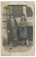 BANQUE - CARTE PHOTO - CREDIT COMMERCIAL DE FRANCE - Deux Femmes Posant Devant Le Crédit Commercial - Banks