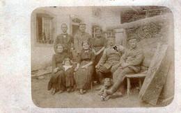 Carte Photo Originale Guerre 1914/18 Portrait De Famille Allemande Au Jardin En 1916 & Légende Au Dos - Guerra, Militares