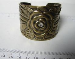 Bijoux. 62. Large Bracelet En Laiton Au Repoussé. Décor D'une Fleur - Bracelets