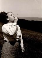 Photo Originale Femme De La Soixantaine Soufflant Sur Une Fleur De Pissenlits Vers 1960 - Anonyme Personen
