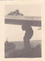 PHOTO ORIGINALE 39 / 45 WW2 WEHRMACHT FRANCE BREST SUD / LANVEOC SOLDATS ALLEMANDS ENTRETIEN D UN AVION HE 111 - Krieg, Militär