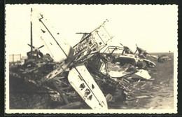 Foto-AK Flugzeug-Wracks Auf Einem Bombardierten Stützpunkt - 1939-1945: II Guerra
