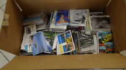 Gx Carton 29 Kgs Dont Plusieurs Centaines De Cartes Postales Oblitérées Ou Pas ..A Saisir !!! - Stamps