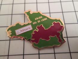 715d Pin's Pins / Rare Et De Belle Qualité !!! THEME BOISSONS / Grand Pin's VINS L METAIRIE ANJOU Feu VAL DE LOIRE - Getränke