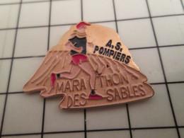 715d Pin's Pins / Rare Et De Belle Qualité !!! THEME SPORTS / ATHLETISME MARATHON DES SABLES A.S. POMPIERS - Atletica