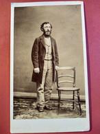 Photo CDV Second Empire - Homme Debout Barbu - Chaise De Campagne - Dos Muet - Circa 1870 - TBE - Oud (voor 1900)