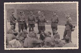Lage - Besprechung Soldaten Mit Offizieren Im Felde Neben Einer Straße. Foto Auf Agfa - Papier. 13 Cm X 9 Cm : - 1939-45