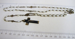 Chap. 23. Chapelet De 59 Perles En Pâte De Verre Blanc,  Chaîne, Intermédiaire Et Croix  En Laiton - Religion & Esotérisme