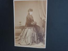 CDV ANCIENNE ANNÉES 1880. PORTRAIT D'UNE FEMME ÉLÉGANTE.  PHOTOGRAPHE MAULL & CO. LONDRES - Antiche (ante 1900)