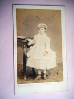 PHOTO CDV 19 EME JEUNE FEMME ELEGANTE ET SON CHAPEAU ROBE MODE   Cabinet WITZ  A ROUEN - Ancianas (antes De 1900)