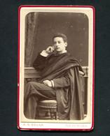 Fotografia Antiga De ESTUDANTE De COIMBRA C/Capa E Batina. Photographia Conimbricence - Rua Do Museu 1890s CDV PORTUGAL - Oud (voor 1900)