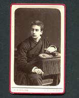 Fotografia Antiga De ESTUDANTE De COIMBRA C/Capa E Batina. Photographia Conimbricence - Rua Do Museu 1890 CDV PORTUGAL - Oud (voor 1900)