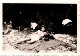 Photo Originale & Léger Flou Sur Pin-Up Sexy Au Bord D'un Lac Vers 1930/40 - Pin-Ups