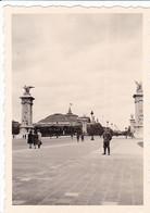 PHOTO ORIGINALE 39 / 45 WW2 WEHRMACHT FRANCE PARIS SOLDAT ALLEMAND AU PONT ALEXANDRE LE DRAPEAU NAZI SUR LE Gd PALAIS - Krieg, Militär
