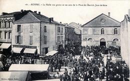 16. CHARENTE - RUFFEC - La Halle Aux Grains Et Un Coin De La Place Du Marché, Jour De Foire. - Ruffec