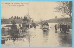J.P.S. 12 - C.P. 37 - Inondations De 1910 - 7 - L'eau Arrive Rue Des Tauxelles - Troyes