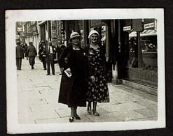 Photo 8 X 6 Cm - Bruxelles 1932 - Marcheur Et Marcheuse De Rue - 2 Dames - Voir Scan - Persone Anonimi