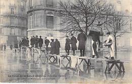 75 - PARIS 8 ° - INONDATIONS De PARIS ( Janvier 1910 ) Une Passerelle Avenue Montaigne - CPA - Seine - Überschwemmung 1910