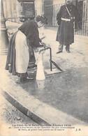 75 - PARIS 8 ° - INONDATIONS De PARIS ( Janvier 1910 ) Dans La Rue Royale On Pend L'eau Sur Le Trottoir ... CPA - Seine - Überschwemmung 1910
