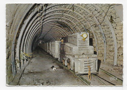 (RECTO / VERSO) LA MINE - N° 7 - LOCOMOTIVE DIESEL ATTELEE A UNE RAME DE BERLINES - PLIS HAUT A GAUCHE - CPSM GF - 75 - Mines