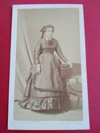 CDV Second Empire - Femme Âgée Debout - Grande Robe - Circa 1870 - Photo Subercaze PAU - TBE- TBE - Ancianas (antes De 1900)
