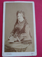 CDV Vieille Femme Assise - Livre à La Main - Coiffe Et Mode D'époque - Circa 1880 - Photo Calmel, Pau - BE - Ancianas (antes De 1900)