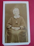 CDV Vieille Femme Assise - Coiffe - Circa1870 - Dos Muet BE - Ancianas (antes De 1900)