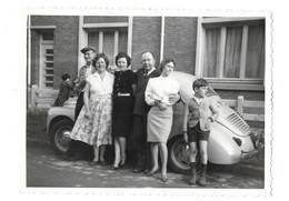 LILLE UN GROUPE DEVANT UNE VOITURE ET UNE MAISON - PHOTO AMINCI SUR LE MILIEU - Automobili