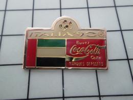 SP03 Pin's Pins / Beau Et Rare / THEME : SPORTS / FOOTBALL MONDIAL 90 ITALIE COCA-COLA DRAPEAU PAYS ARABE - Calcio