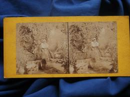 Photo Stéréoscopique Sur Carton, Femme Au Rateau Dans Un Jardin, Fin XIXe  L503A - Fotos Estereoscópicas