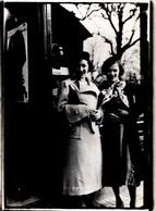 Photo Originale Duo De Pin-Up à Bérets En Ville à L'entrée D'un Tramway Ou D'une Cabine Téléphonique, Publicité Philips - Pin-Ups