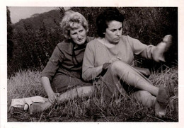 Photo Originale Duo De Pin-Up & Sable Dans L'escarpin Vers 1960 - Oups ! Jolies Cuisses & Vidage De Soulier - Pin-Ups
