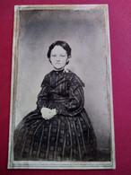 Photo CDV  Jeune Fille Assise - Robe à Motifs - Circa 1865 - Période Civil War - Photo Hall, New York - BE - Ancianas (antes De 1900)