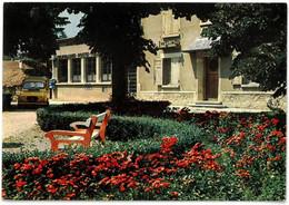 CP MONESTIER DE CLERMONT - Le Jardin Public Et La Poste - ( 4L Jaune De La Poste ) - Ed. J. Cellard N° I.97052 - Sonstige Gemeinden